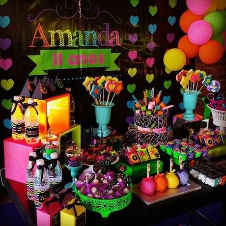 70. Espalhe doces coloridos pela mesa do bolo. Fonte: Pinterest