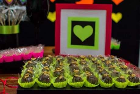 71. As forminhas dos doces podem receber uma cor especial na festa neon. Fonte: Caiobá Festas