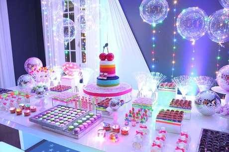 72. Balões iluminados encantam a decoração da festa neon. Fonte: Pinterest