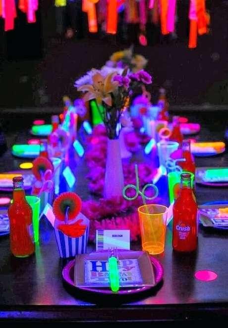 6. Invista em acessórios coloridos para festa neon. Fonte: Pinterest