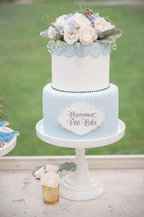 16. Lindo bolo de chá de bebê menino com flores no topo para usar na decoração de chá de bebê – Foto: Style Me Pretty