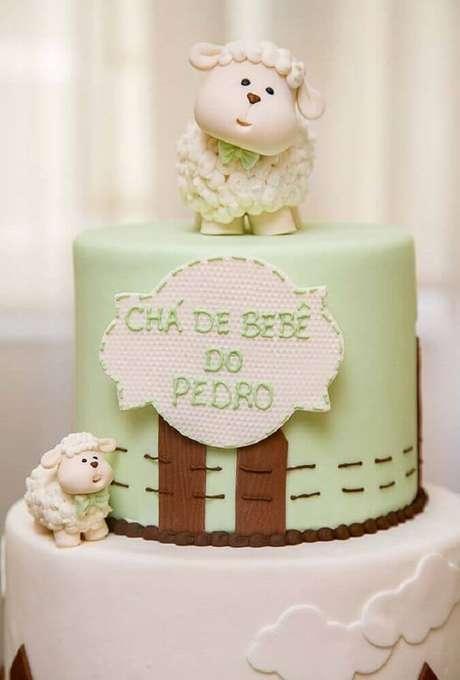 17. Bolo para chá de bebê confeitado com bonequinhos de ovelhinhas para deixar a decoração de chá de bebê ainda mais bonita – Foto: Pinterest