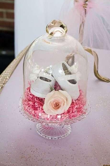 24. Use um vidro com tampa com o primeiro sapatinho do baby na decoração de chá de bebê – Foto: Baby Shower Ideas
