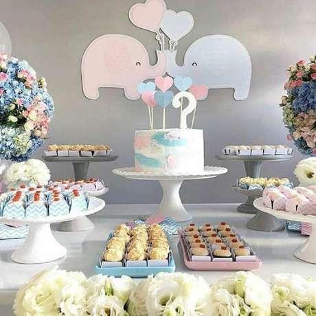 25. Decoração de chá de bebê azul e rosa, perfeito para mamãe que está gêmeos – Foto: Pinterest
