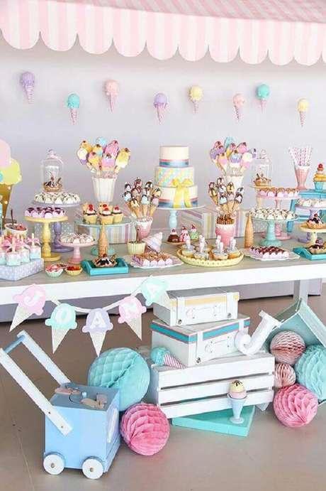 31. Decoração de chá de bebê colorida com tema sorvete – Foto: The Holk