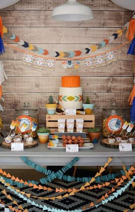 33. Invista em uma mesa colorida e cheia de guloseimas na sua decoração de chá de bebê, assim você vai atrair os convidados – Foto: Kelly's Art & Frame