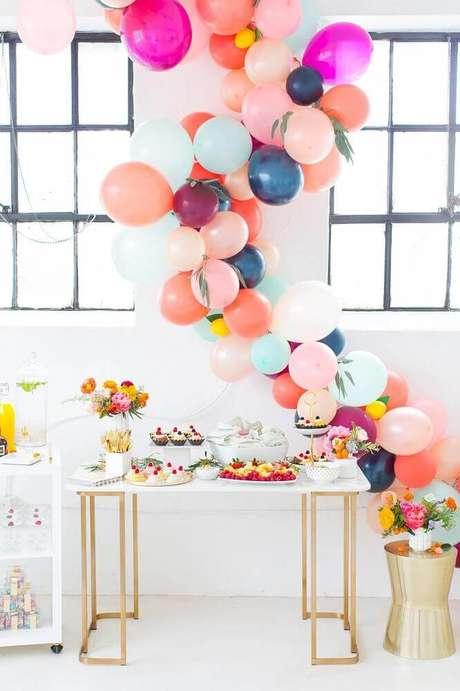 4. Linda decoração de chá de bebê com arranjos de flores e muitos balões coloridos – Foto: Sugar & Cloth