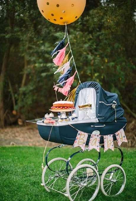 34. Uma das ideias para chá de bebê é servir o bolo dentro de um carrinho de bebê, fica ainda mais linda a decoração de chá de bebê – Foto: Baby Shower Ideas