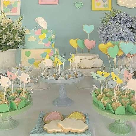 37. Tons pasteis também ficam um charme na decoração de chá de bebê – Foto: Calissa John