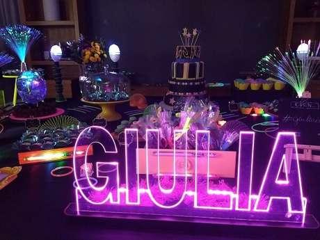 73. Que tal incluir o nome da aniversariante na mesa do bolo? Fonte: Pinterest