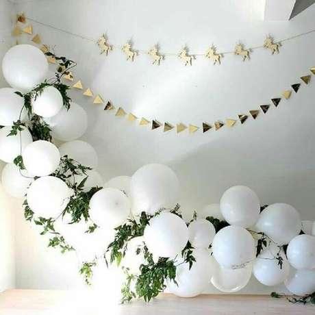 39. Pendure recortes com formatos diferentes e misture folhagens aos balões para uma decoração de chá de bebê diferente – Foto: Allegro