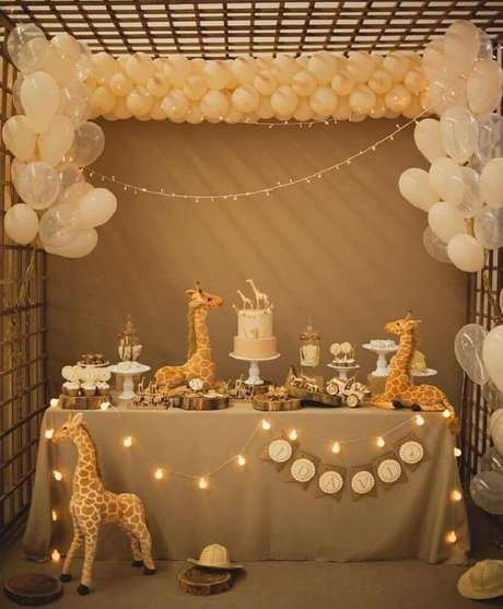 43. Capriche nos balões e luzes, para chamar a atenção dos convidados para a mesa da sua decoração de chá de bebê – Foto: Baby Shower Ideas