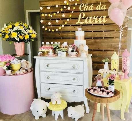 44. Decoração de chá de bebê menina em tons de rosa e amarelo com painel de pallets – Foto: Dimow Decorações