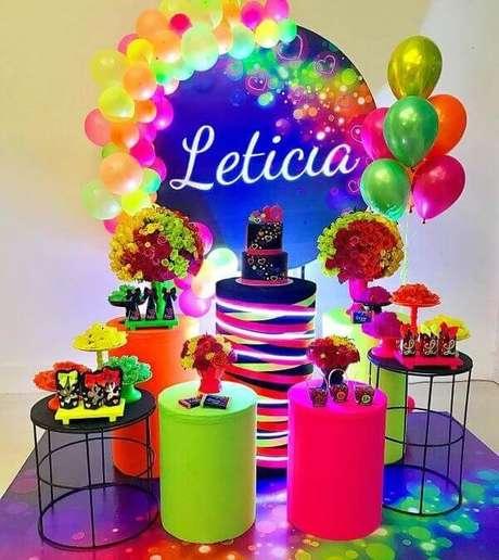 74. Decoração para festa neon simples. Fonte: Pinterest