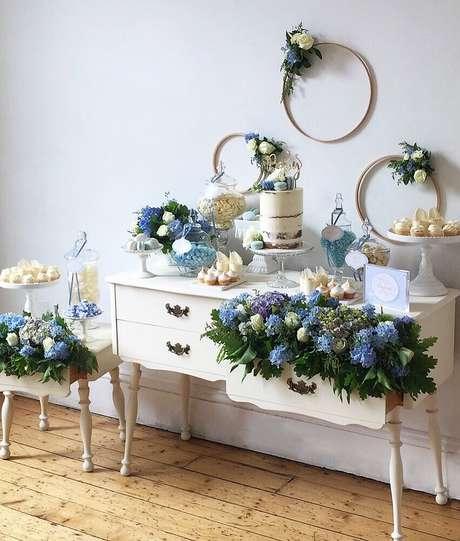 53. Arranjos de flores são perfeitos para dar um toque delicado e muito charmoso para a decoração de chá de bebê – Foto: Buffets by Design