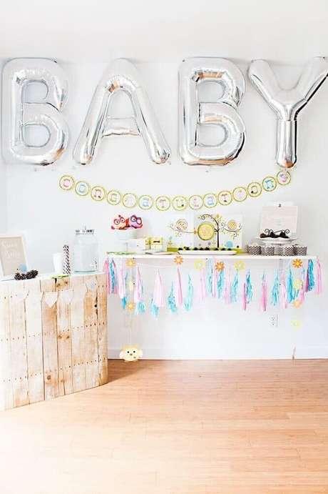 54. Decoração de chá de bebê com balões em formatos de letra – Foto: Baby Shower Ideas
