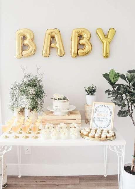 56. Decoração simples para chá de bebê com plantas e balões em formatos de letra – Foto: Pinterest