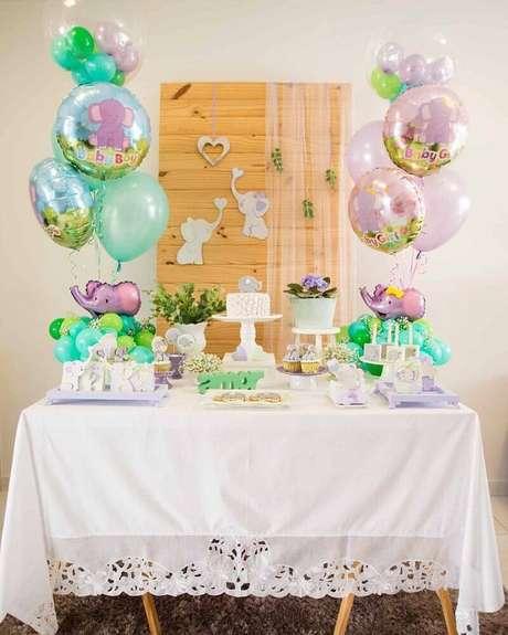 57. Os balões estampados também dão um toque especial para a decoração de chá de bebê – Foto: Daiane Demézio