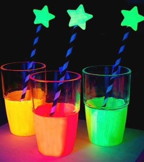75. Detalhes que fazem toda a diferença na festa neon. Fonte: Pinterest