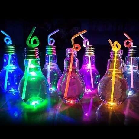 80. Copos em formato de lâmpada encanta os convidados da festa neon. Fonte: Pinterest