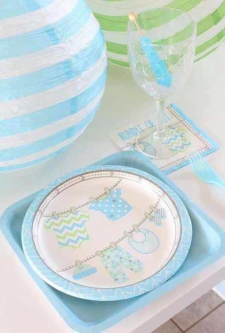 62. Os pratinhos usados na decoração de chá de bebê também podem conter estampas infantis – Foto: Pinterest