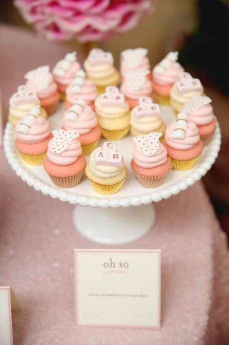 64. Cupcakes deixam a decoração de chá de bebê linda e são lembrancinhas deliciosas – Foto: The Little Umbrella