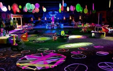 76. A festa neon é repleta de acessórios coloridos. Fonte: Pinterest