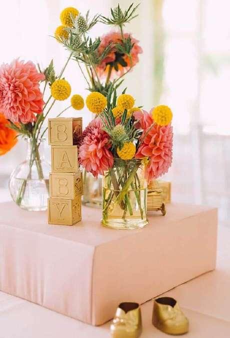 67. Arranjos de flor levam delicadeza para a decoração de chá de bebê – Foto: Pinterest