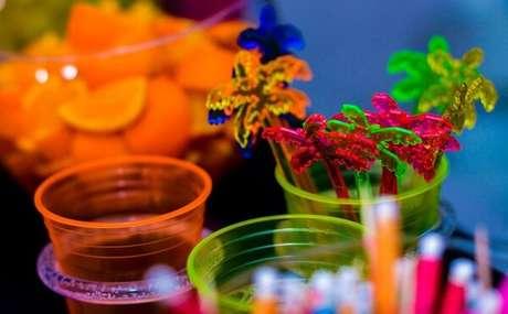 77. Copos coloridos fazem sucesso na festa neon. Fonte: GNT