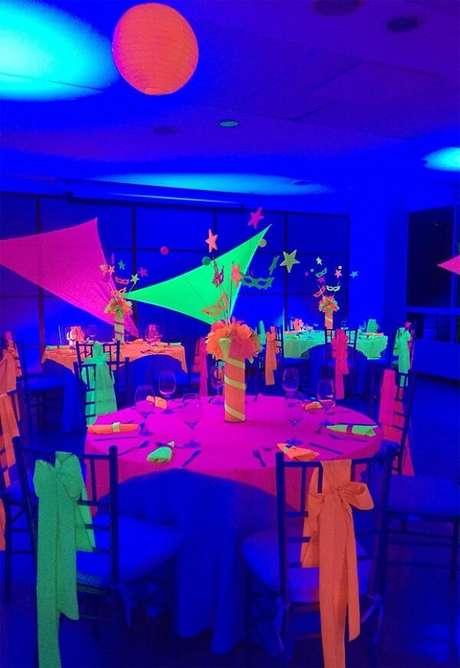 81. Detalhes que fazem toda a diferença na festa neon. Fonte: Pinterest