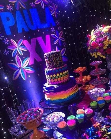 85. As luzes na mesa do bolo fazem toda a diferença na festa neon. Fonte: Pinterest