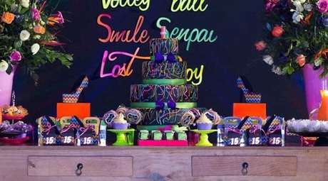 78. Utilize um móvel de madeira para compor a decoração da festa neon. Fonte: Ideias Decor