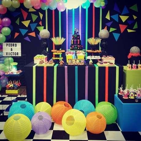 83. Invista em balões, fitas e acessórios coloridos para complementar a mesa do bolo. Fonte: Pinterest