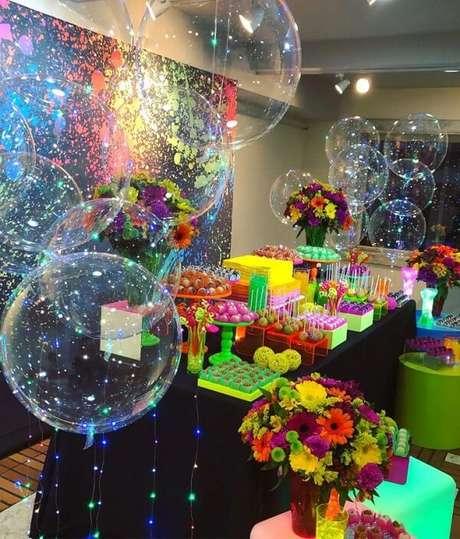 79. Complemente a decoração da festa neon com balões iluminados. Fonte: Tua Casa