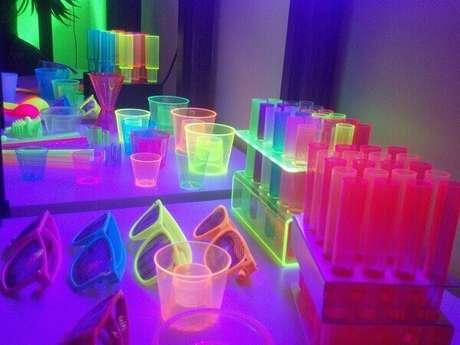 55. Acessórios coloridos e decorativos para festa neon. Foto: Pinterest