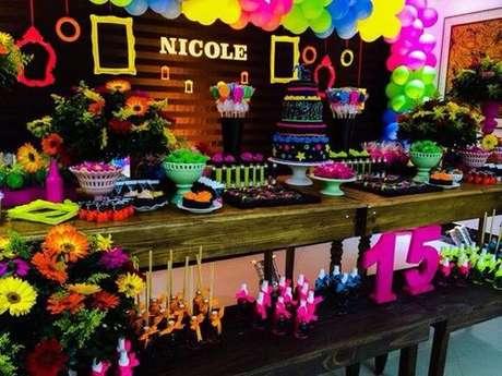 13. Bexigas coloridas enfeitam e realçam a decoração da festa neon. Fonte: Pinterest