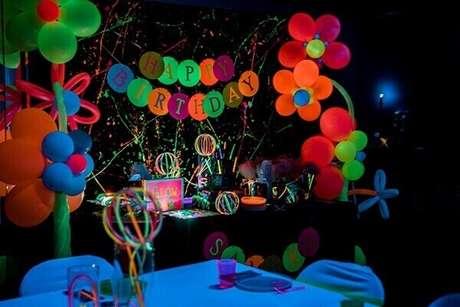 14. A iluminação indireta valoriza os tons vibrantes na decoração de festa neon. Fonte: Kara's Party Ideas
