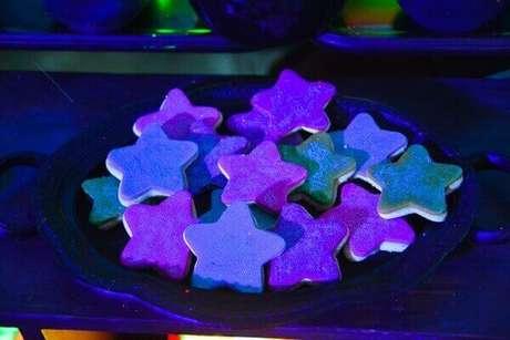 15. Biscoitinhos em formato de estrelas coloridas para festa neon. Foto: Roteiro Baby