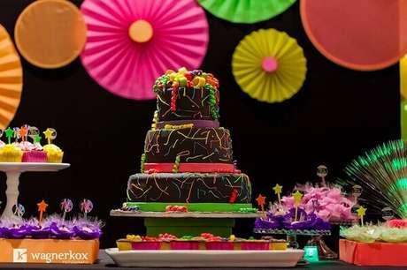 4. Bolo neon confeitado com todas as cores decora a festa. Foto: Wagner Kox