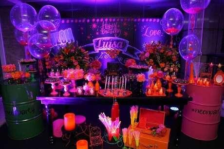 52. Decoração de festa neon é sempre colorida e vibrante. Foto: A minha festinha
