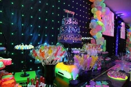 16. As mesas da festa neon devem abusar do colorido dos docinhos. Foto: Roteiro baby
