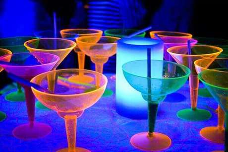 20. Adquira taças e copos coloridos que brilham no escuro para festa neon. Foto: Pinterest