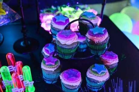 5. Cupcakes coloridos substituem o bolo na festa neon. Foto: Roteiro baby