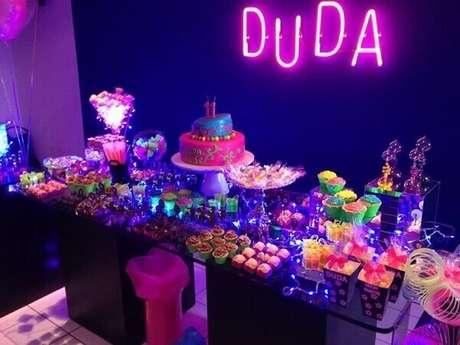 10. Festa simples neon pode ser enfeitada com o nome em luminoso. Foto: Pinterest