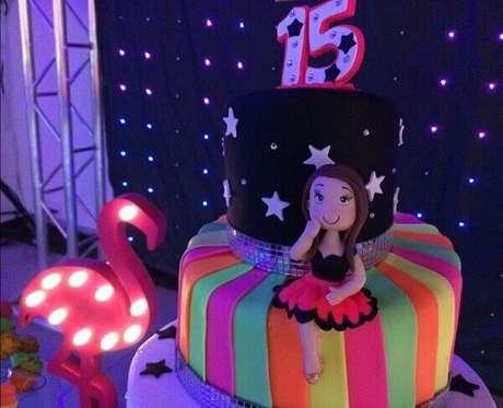 8. Festa de 15 anos neon tem um bolo de dois andares confeitado. Fonte: Pinterest
