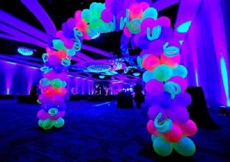 24. Arcos com balões coloridos são ideais para o hall de entrada da festa neon. Foto:Pinterest