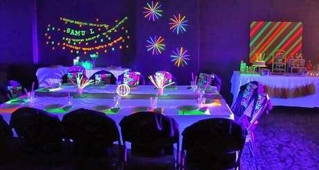 3. As mesas da festa neon precisam seguir o estilo e o tema da comemoração. Foto: Vício de Menina