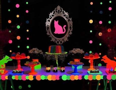 25. Na mesa da festa neon, coloque várias alturas de pratos para criar um movimento. Foto: Pinterest