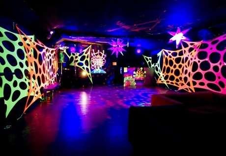 23. Enfeite a pista de dança com tecidos coloridos estendidos em festa neon. Foto: ConstruindoDecor