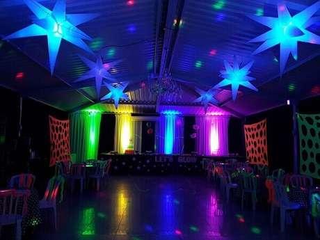26. As luzes coloridas criam um grande efeito decorativo no salão da festa neon. Foto: Pinterest